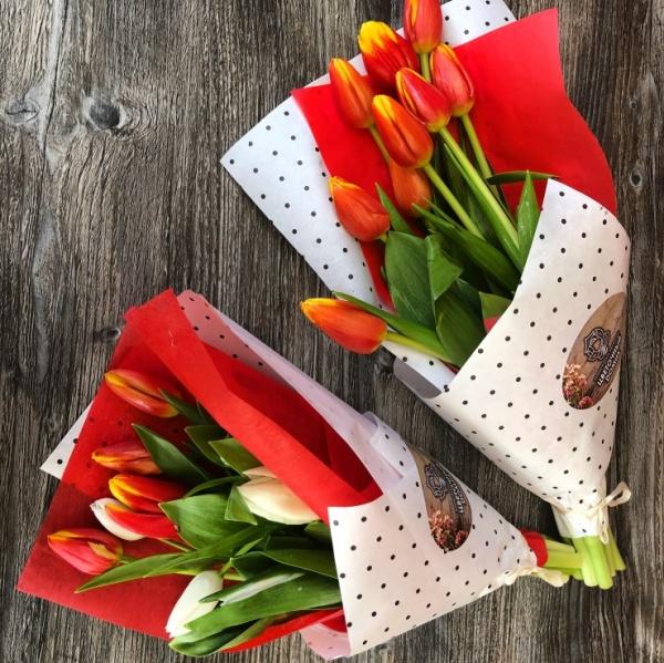 Цвет, букет из 9 тюльпанов в сетке